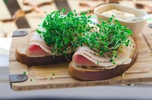 germogli di broccoli con prosciutto e pane di segale, senape foto