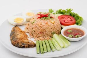 pasta di peperoncino con sgombro fritto e cibo tailandese vegetale