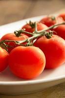 pomodorini in un piatto foto