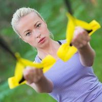 allenamento con cinghie di fitness all'aperto. foto