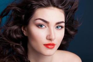 faccia seria con sfondo blu lenti a contatto foto