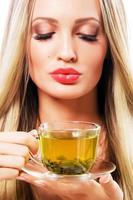 bella donna con una tazza di tè verde foto