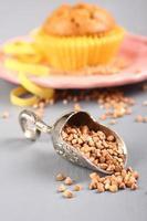 pala di metallo con chicchi di grano saraceno e muffin foto
