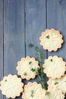 biscotti di pasta frolla fatti in casa senza glutine con rami di timo foto