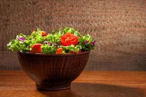 insalata fresca su fondo in legno