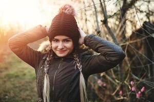 inverno ritratto di giovane donna con i capelli intrecciati a mano alzata foto