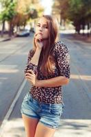 giovane donna in piedi sui tram. avvicinamento.