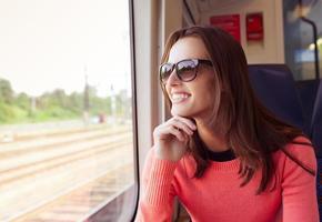 donna che viaggia in treno foto