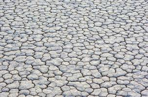 terreno fangoso secco e screpolato in pista playa nella valle della morte