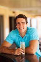 giovane uomo seduto al bar foto