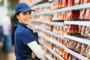 sorridente lavoratore negozio di ferramenta foto