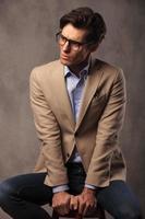 giovane uomo d'affari seduto e distoglie lo sguardo