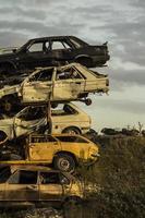 rottami di auto arrugginiti danneggiati