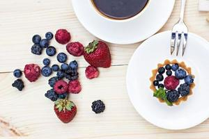 crostata con frutti di bosco freschi - dessert foto