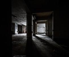 interno industriale scuro foto