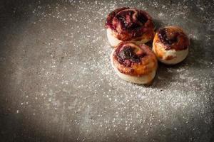 focacce di pasta lievitata con cannella cucinate in casa foto