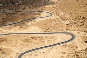tortuosa strada di montagna nello yemen. foto