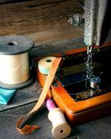 la macchina da cucire e gli strumenti. foto