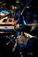 molatura metallo su pezzo di ricambio in acciaio foto