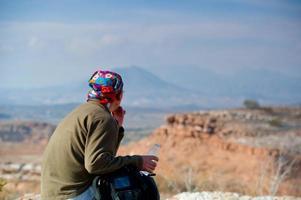 viaggiatori con lo zaino in spalla nel lago idromele foto