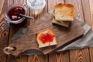 panino con marmellata accanto al pane tostato