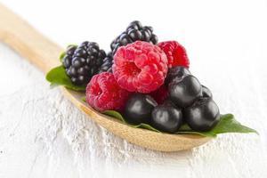 frutti di bosco in cucchiaio di legno
