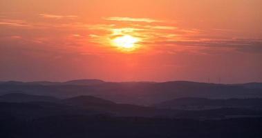 tramonto della foresta tedesca rothaargebirge foto