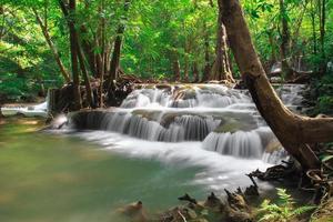 cascata profonda della foresta a Kanchanaburi, Tailandia foto