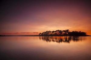 nuova foresta tramonto sullo stagno ascia foto