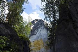 scogliere di arenaria per l'arrampicata nella foresta verde