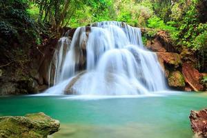 cascata nella foresta profonda, provincia di Kanchanaburi, Thailandia