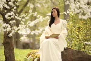 abito da sposa da sposa nella foresta albero vintage foto