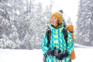 escursionista che cammina nella foresta di neve