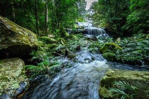 parco nazionale di phu kradueng, cascata nella foresta profonda, thailandia