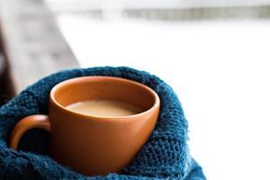tazza con bevanda calda su sfondo foresta invernale foto
