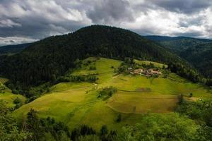 villaggio sotto la montagna foto