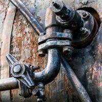 tubo arrugginito su metallo ondulato