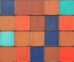 pila di container colorati per il trasporto di merci alle banchine foto