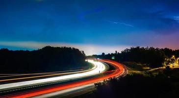 tempesta di tuoni e fulmini durante il traffico serale comun foto