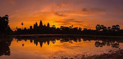 bella silhouette di angkor wat durante l'alba foto