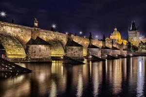 vista notturna del ponte carlo e della Moldava