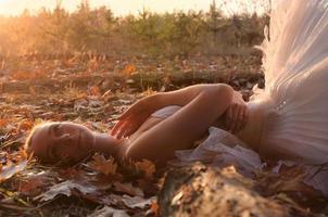 ballerina contro la foresta di autunno foto