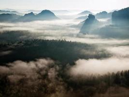 paesaggio nebbioso da sogno. la valle profonda è piena di colori