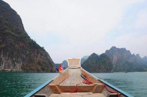 nave galleggiante nella diga di ratchaprapa suratthani, thailandia