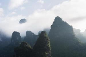 nuvoloso catena montuosa di pietra calcarea
