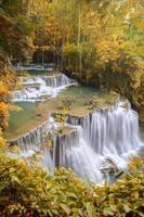 cascata nella foresta profonda, Huay Mae Khamin, Kanchanaburi, Tailandia foto