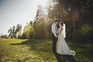 la coppia che si ammirano nella foresta