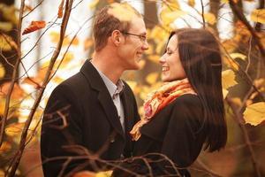 giovane uomo e donna nella foresta di autunno