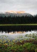 riflessioni su un lago della British Columbia foto