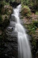 cascata profonda della foresta al parco nazionale si-satchanalai Tailandia foto